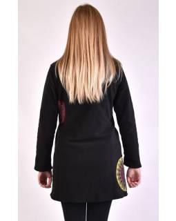 Černý kabát s límcem zapínaný na knoflíky, aplikace, potisk a výšivka
