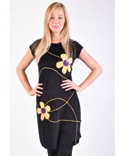Krátké sametové černé šaty krátkým rukávem, aplikace barevné květiny
