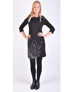Černé šaty s kapucí/límcem, tříčtvrteční rukáv, kapsy, potisk a výšivka