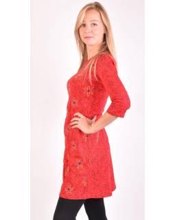 Červené šaty s tříčtvrtečním rukávem a potiskem květin, sklady na boku, výšivka