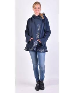 Tmavě modrý kabát s kapucí zapínaný na knoflík, květinová výšivka
