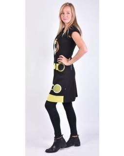 Černé šaty s krátkým rukávem, kapuce, kruhové aplikace