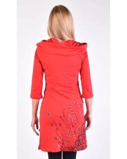 Červené šaty s kapucí/límcem, tříčtvrteční rukáv, kapsy, potisk a výšivka