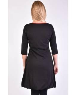 Krátké černé balonové šaty s 3/4 rukávem a červenými detaily