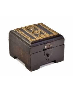 Ozdobná dřevěná krabička zdobená mosazným plechem, 10x10x7cm