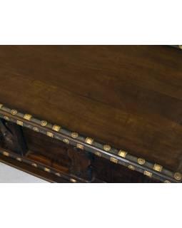 Stará truhla z mangového dřeva zdobená železným kováním, 125x53x49cm