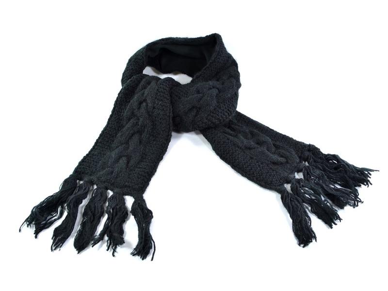 Černá vlněná šála s třásněmi