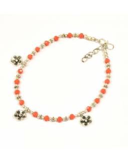 Náramek na nohu, drobné oranžové korálky, stříbrné květiny