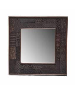 Zrcadlo v rámu z teakového dřeva zdobené starými raznicemi, 58x4x58cm
