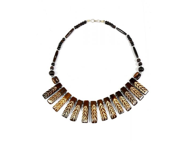 Hnědý kostěný náhrdelník s řezbou