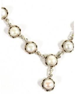 Stříbrný náhrdelník vykládaný perlami, karabinka, délka cca 42cm, AG 925/1000