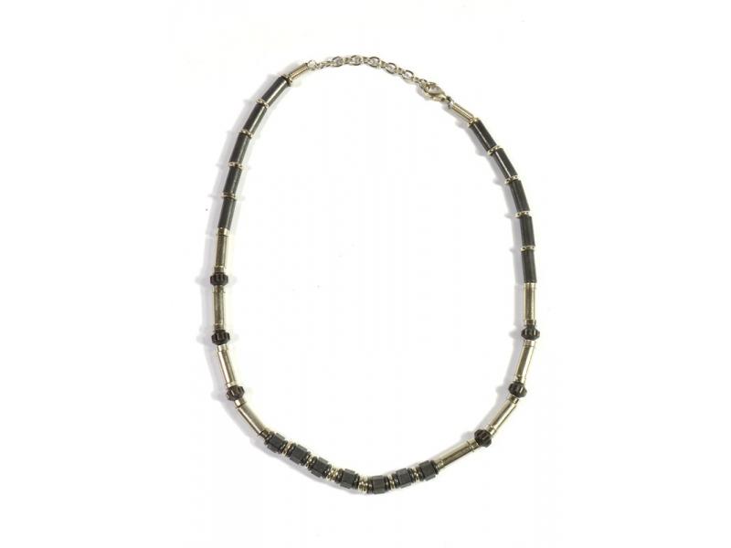 Náhrdelník z bílého kovu, černé korálky, zapínání