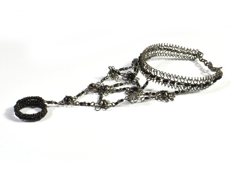 Pundža, náramek s prstenem z bílého kovu a jemných skleněných korálků, černý