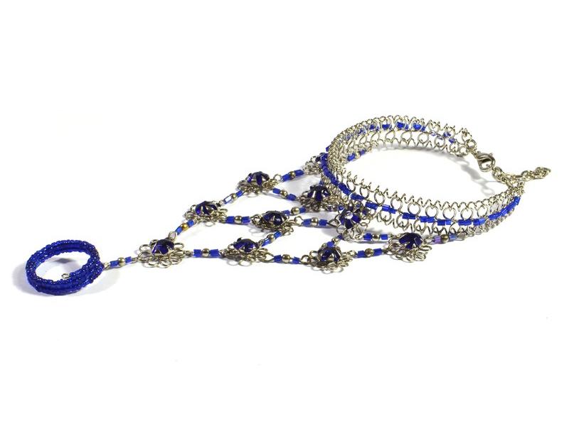 Pundža, náramek s prstenem z bílého kovu a jemných skleněných korálků, modrý