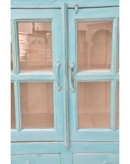 Prosklená skříň vyrobená z mangového dřeva, tyrkysová patina,  93x42x159cm