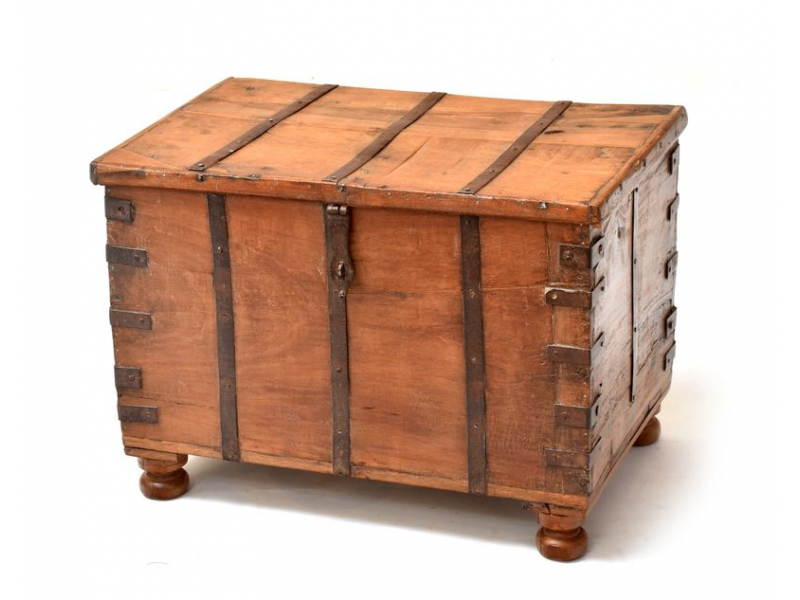 Truhla z teakového dřeva, železné kování, 63x40x45cm