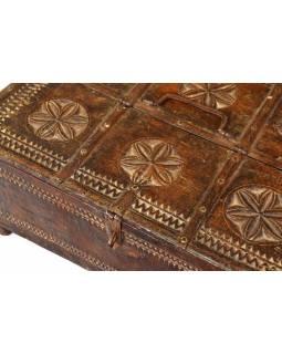 Stará truhlička - šperkovnice z antik dřeva, ručně vyřezávaná, 44x32x20cm