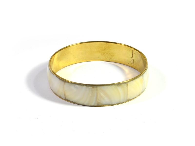 Kruhový náramek, kombinace perleti a mosazi, vnitřní průměr 6,5cm