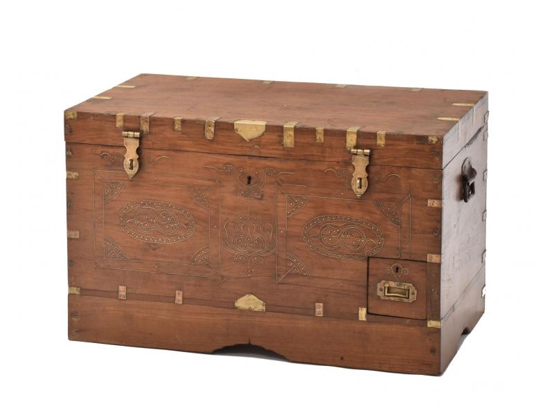 Truhla z teakového dřeva zdobená mosazným kováním, 75x43x47cm