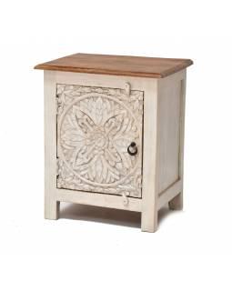 Noční stolek s vyřezávanými dvířky z mangového dřeva, 50x38x67cm
