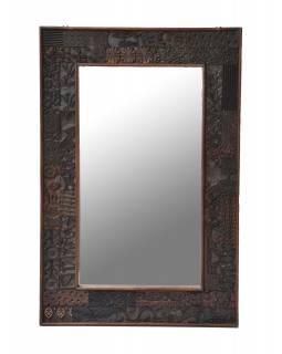Zrcadlo v rámu z teakového dřeva zdobené starými raznicemi, 62x93x4cm