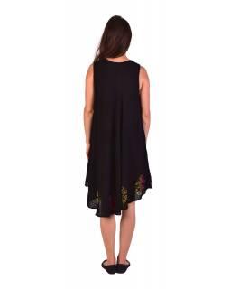 Delší černé šaty bez rukávu, s barevnou výšivkou, potisk