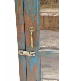 Prosklená skříňka z teakového dřeva, tyrkysová patina, 55x30x87cm