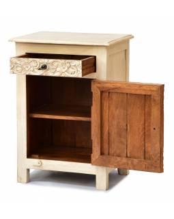 Noční stolek s vyřezávanými dvířky z mangového dřeva, 50x38x70cm
