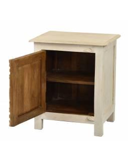 Noční stolek s vyřezávanými dvířky z mangového dřeva, 50x38x59cm