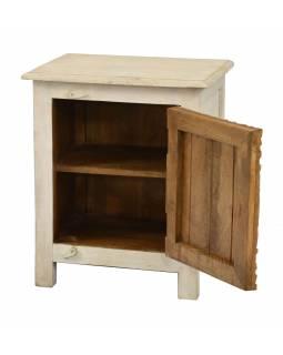 Noční stolek, bílá patina s vyřezávanými dvířky z mangového dřeva, 50x38x59cm