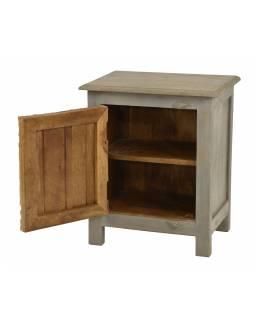 Noční stolek s vyřezávanými dvířky z mangového dřeva, bílá patina 50x38x59cm
