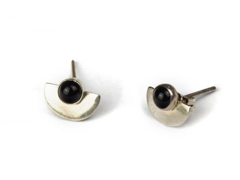 Stříbrné náušnice, pár, černý kamínek, 8mm, zapínání na puzetu (AG 925)