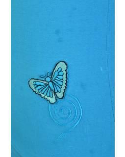 Tyrkysové tílko s modrou nášivkou motýla a spirály