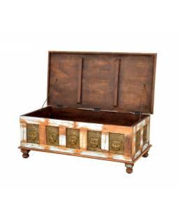 Truhla z teakového dřeva zdobená mosaznými Buddhy, 120x60x45cm