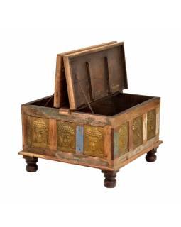 Truhla z teakového dřeva, zdobená mosaznými hlavami Buddhů, 70x70x45cm