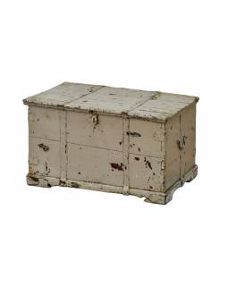 Truhla z teakového dřeva zdobená kováním, 68x46x39cm