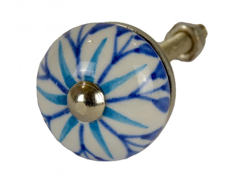 Malovaná porcelánová úchytka na šuplík, bílá s modrou květinou, průměr 2,7 cm