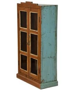 Prosklená skříňka z teakového dřeva, tyrkysová patina, 58x26x107cm