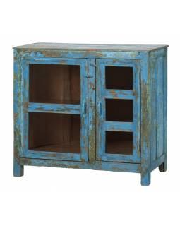 Prosklená skříňka z teakového dřeva, tyrkysová patina, 93x41x86cm