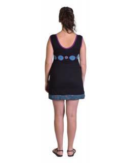 Černé krátké šaty bez rukávů, tyrkysové kruhy a lístky