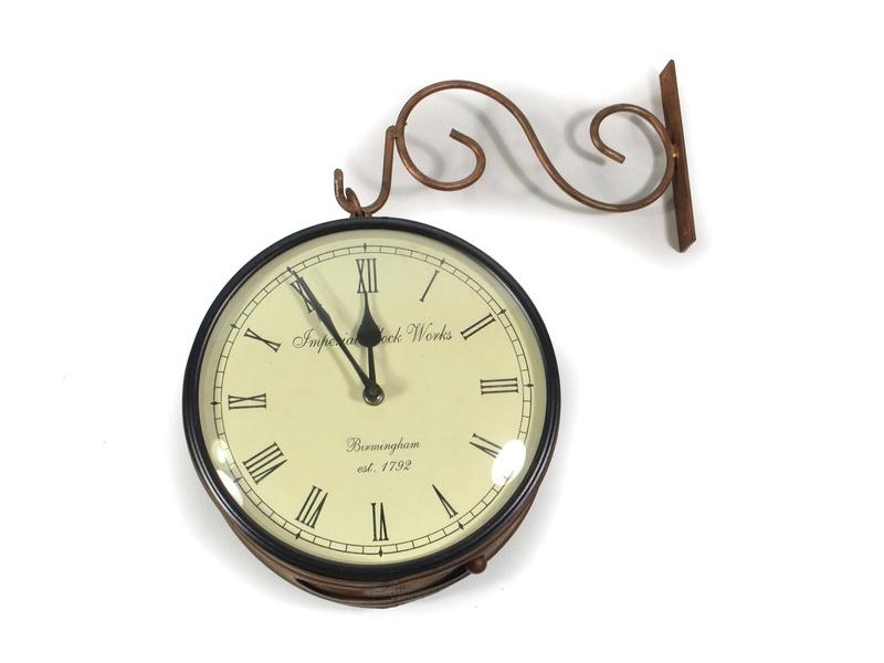 Oboustranné závěsné hodiny, bronz., květinový motiv, zdobený mosazný plech, 22cm