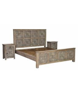 Postel z mangového dřeva, ručně vyřezávaná, šedá patina + noční stolky