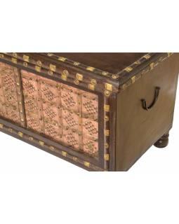 Truhla z mangového dřeva zdobená mosazným kováním, 160x45x50cm