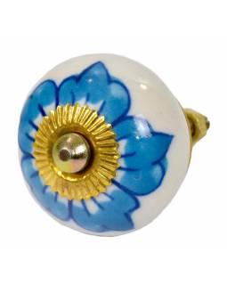 Malovaná porcelánová úchytka na šuplík, bílá s modrou květinou, průměr 3,8cm