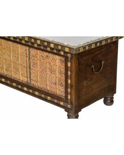 Truhla z mangového dřeva zdobená mosazným kováním, 144x45x50cm