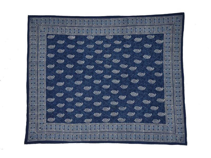 Modrý přehoz na postel s bílým tiskem, prošívaný, 265x225cm