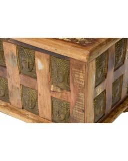 Truhla z teakového dřeva, zdobená mosaznými hlavami Buddhů, 90x45x45cm