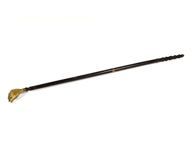 Staré mosazné drbátko ns dřevěné rukojeti, 56cm