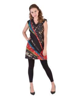 Krátké černé šaty s krátkým rukávem, jemným potiskem a barevným designem