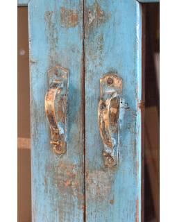 Prosklená skříňka z antik teakového dřeva, modrá patina, 128x55x152cm